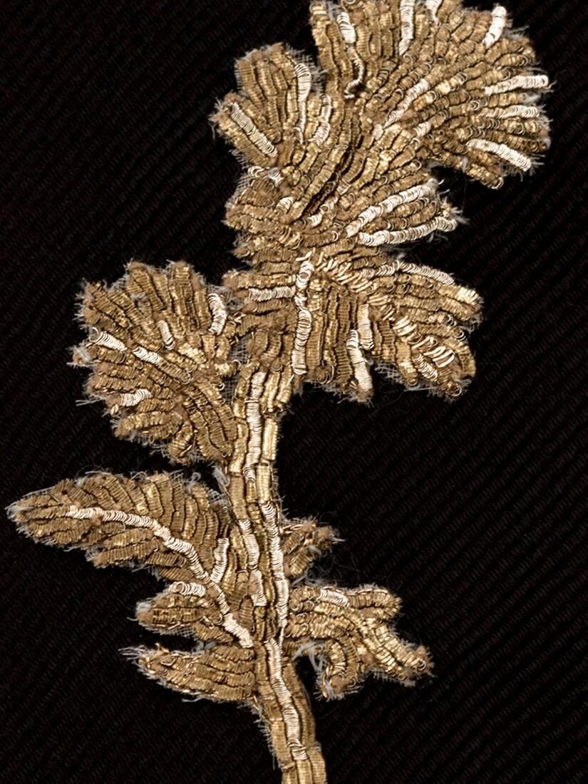 Cravatta con ricamo cardo oro