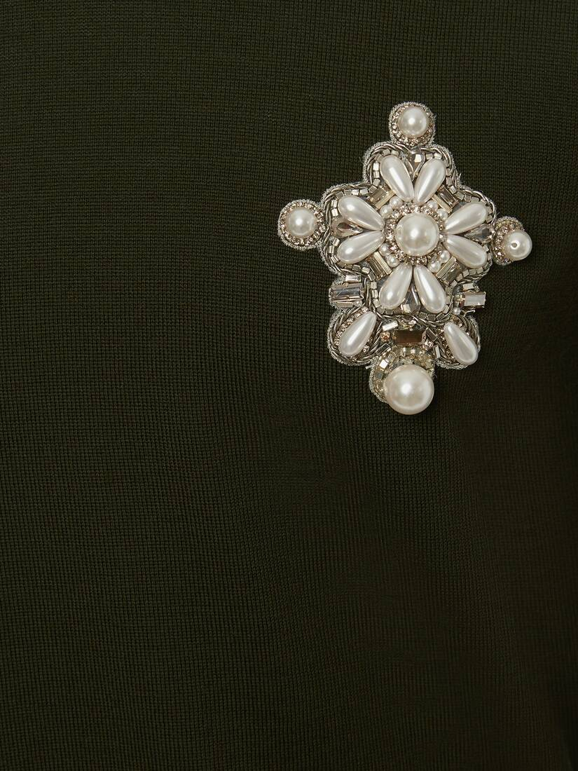 Pull avec badge brodé en perles